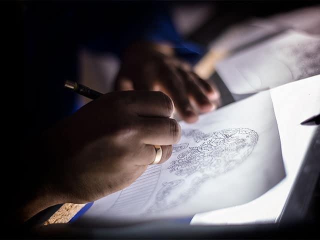 Agustín dibujando una nueva peineta