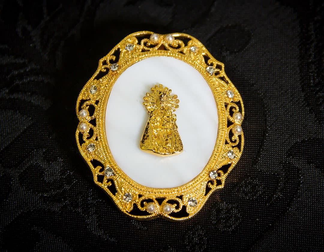 Colgante nácar con virgen en metal ref. 3062 oro