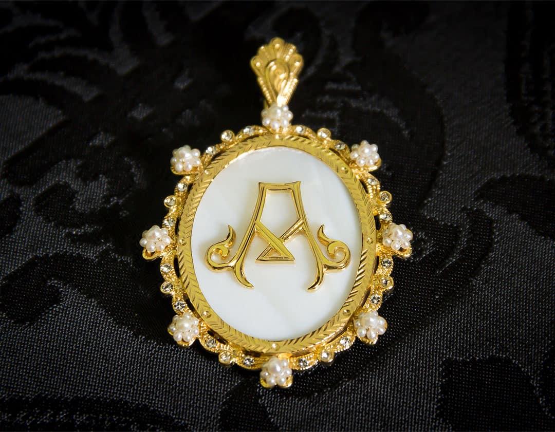 Colgante siglo XVIII medallón ref. 3063 inicial A oro