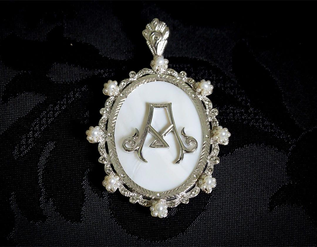 Colgante siglo XVIII medallón ref. 3063 inicial A rodio