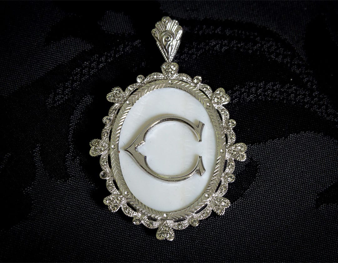 Colgante siglo XVIII medallón ref. 3063 inicial C rodio