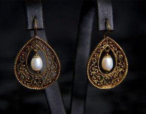 Pendientes con cierre de gancho en perla ref. 2211 bronce inglés