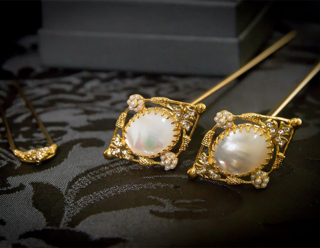 Aderezo del siglo XVIII en nácar, cristal y oro ref. m109