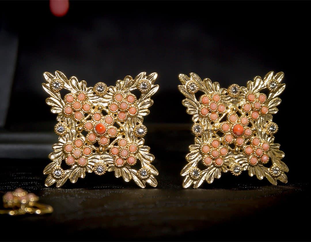 Aderezo del siglo XVIII de la polca en coral y oro ref. m173