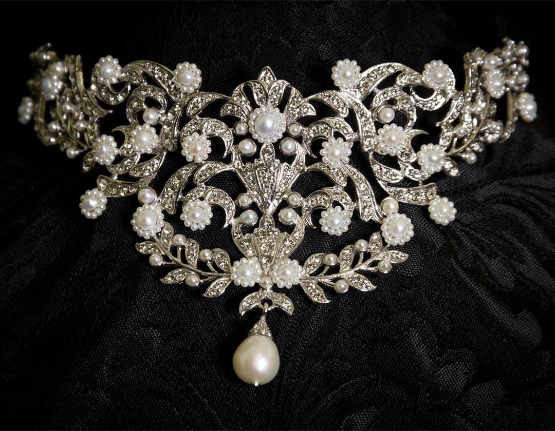 Ahorcador en perla cultivada, cristal y rodio ref. 622