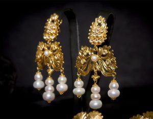 Pendientes del barquillo en perla y cristal dorados ref. 2243