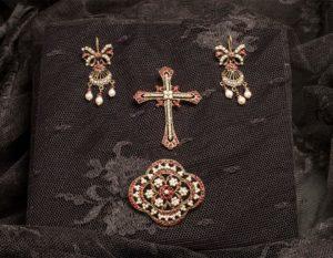 Pendientes, cruz y broche envejecidos ref. la-204