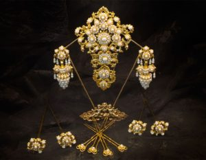 Aderezo del siglo XIX modelo del racimo en perla y oro ref. C-21