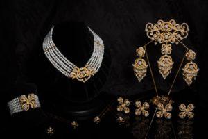 Aderezo del siglo XIX modelo del racimo en perla, cristal y oro ref. C-42
