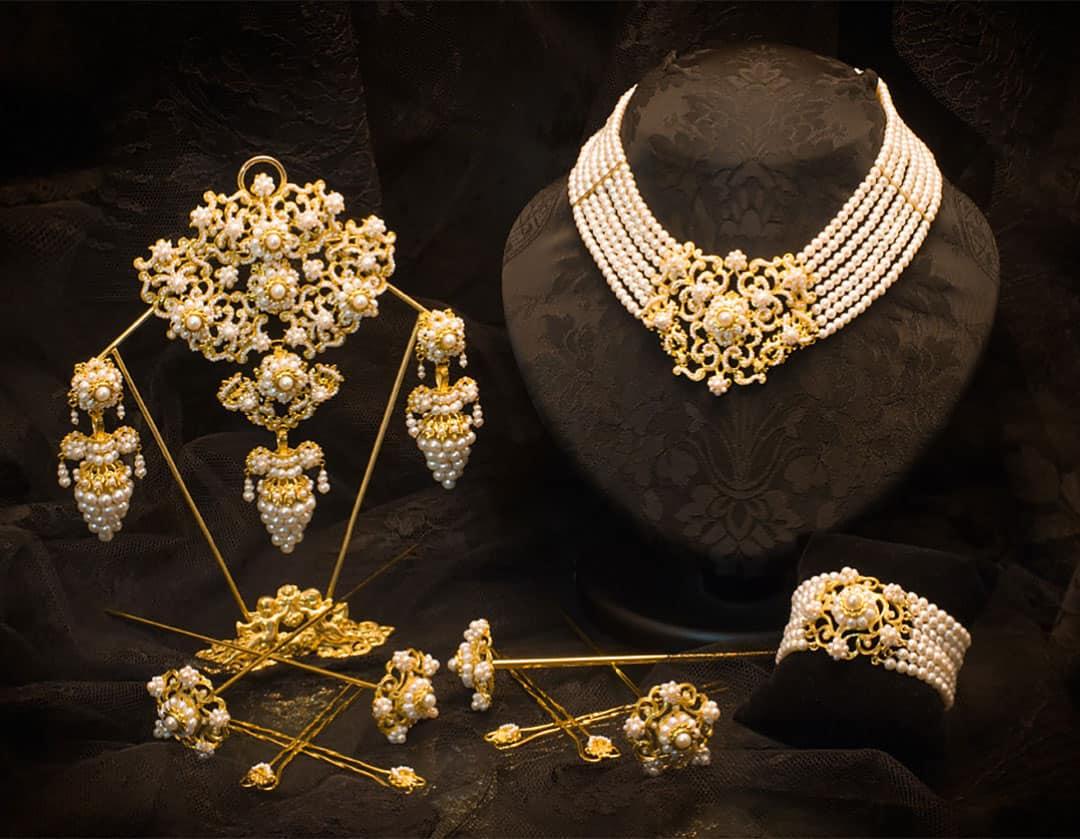 Aderezo del siglo XIX modelo del racimo en perla y oro ref. C-45