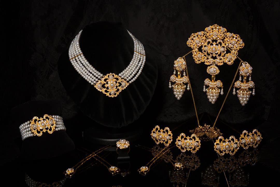 Aderezo del siglo XIX modelo del racimo en perla, cristal y oro ref. C-50