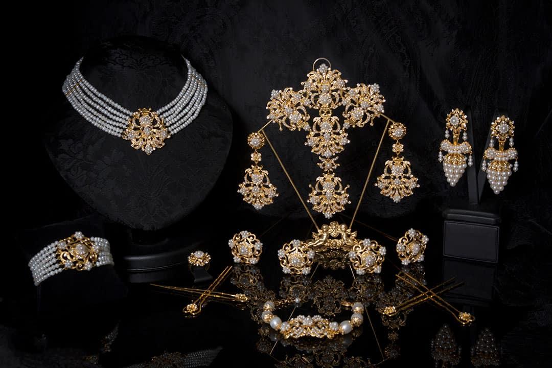 Aderezo del siglo XIX modelo del racimo en perla, cristal y oro ref. C-60