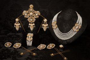 Aderezo del siglo XIX modelo del racimo en perla, cristal y oro ref. C-69
