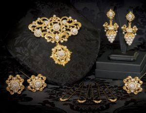 Aderezo del siglo XIX modelo del racimo en perla y oro ref. C-70