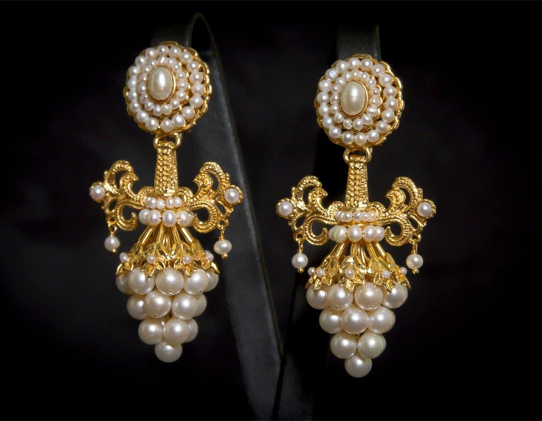 Aderezo del siglo XIX modelo del racimo en perla y oro ref. C-71