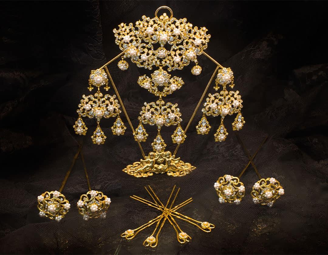 Aderezo del siglo XIX modelo de la virgen en perla, cristal y oro ref. D-28