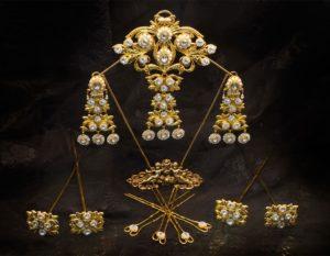 Aderezo del siglo XIX modelo de la virgen en perla, cristal y oro ref. D-37