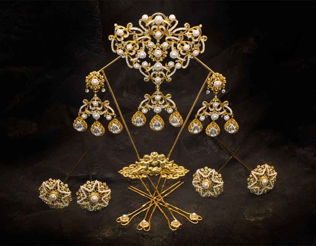 Aderezo del siglo XIX modelo de la virgen en perla, cristal y oro ref. D-39