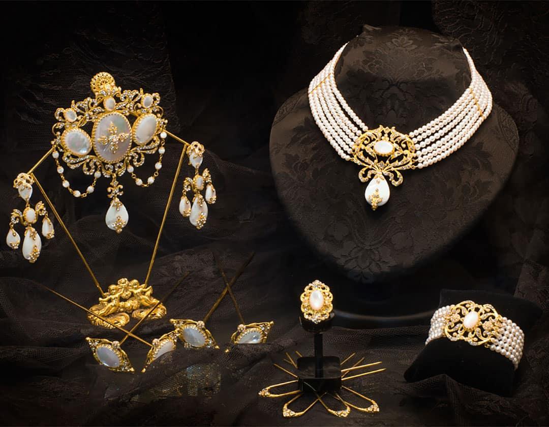 Aderezo del siglo XIX modelo de la virgen en nácar, perla, cristal y oro ref. M-118