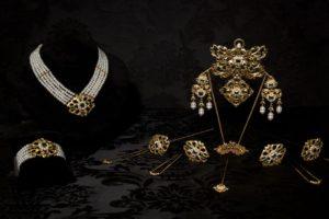Aderezo del siglo XIX modelo de la virgen en esmeralda, perla y oro ref. M-169