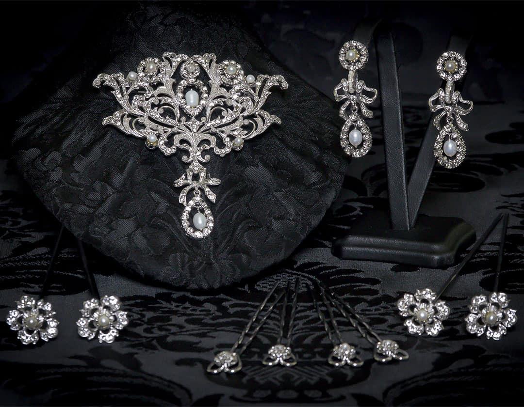 Aderezo del siglo XVIII modelo de a uno en perla cultivada, cristal y rodio ref. m107