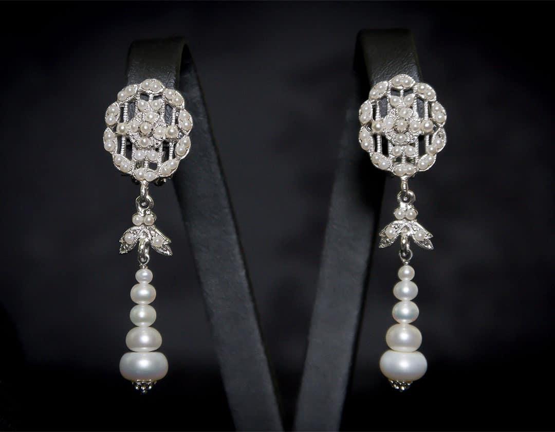 Aderezo del siglo XVIII modelo del chorro en perla cultivada y rodio ref. m122
