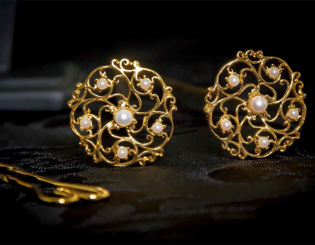 Aderezo del siglo XVIII modelo del chorro en perla y oro ref. m123