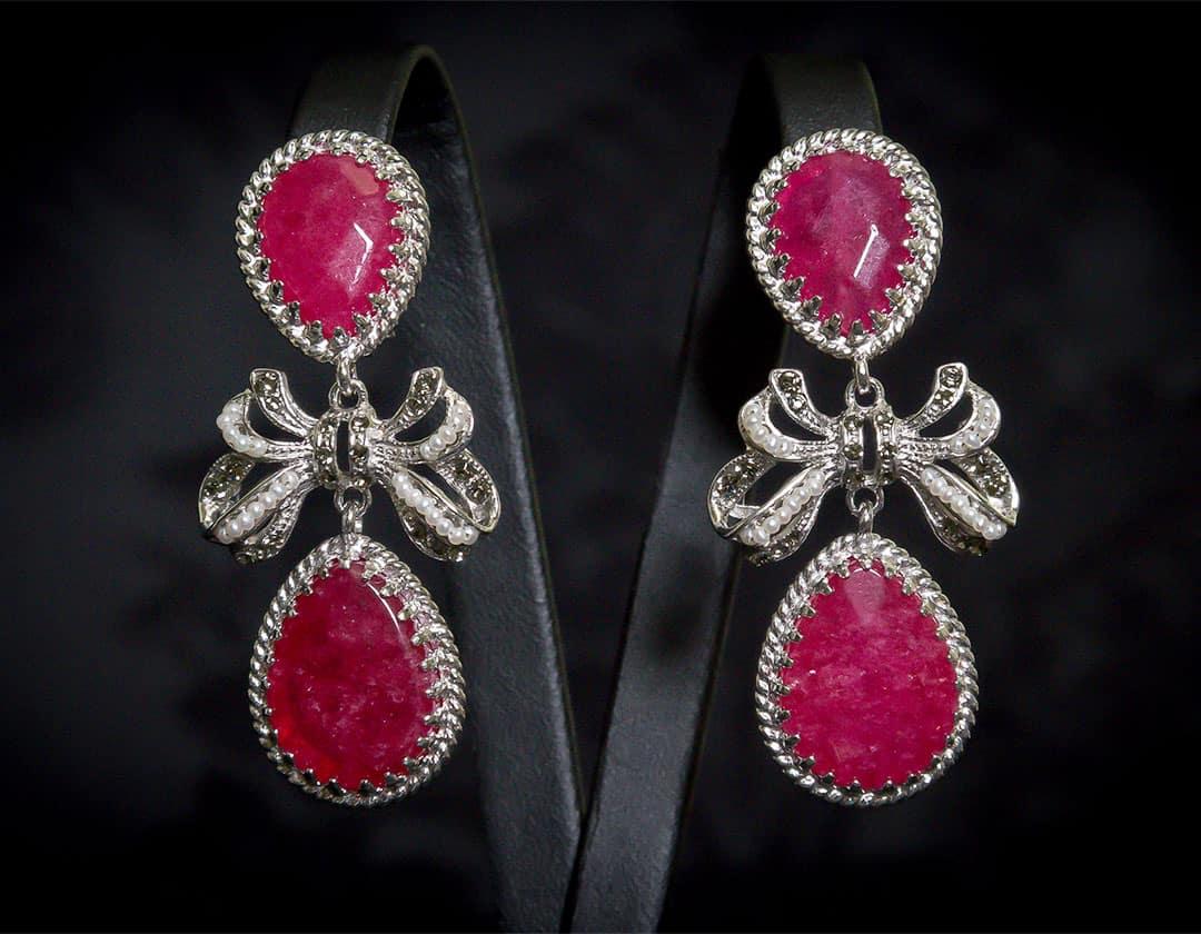 Aderezo del siglo XVIII modelo de a uno con lazada en rubí, perla y rodio ref. m124
