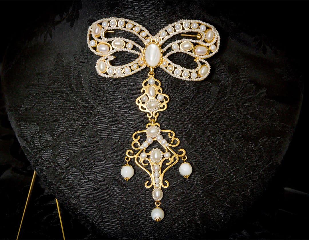 Aderezo del siglo XVIII modelo de a uno con lazada en nácar, perla y oro ref. m133