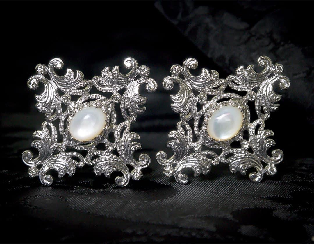 Aderezo del siglo XVIII modelo de a uno en nácar, cristal y rodio ref. m138