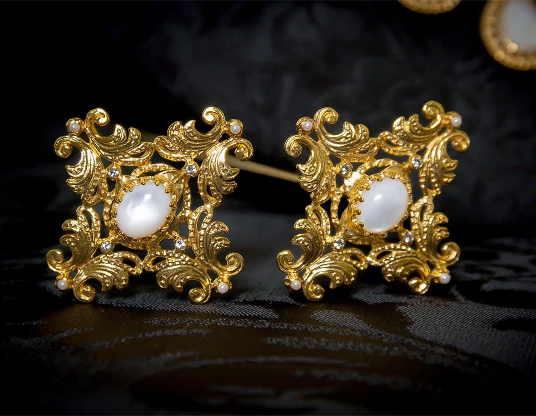 Aderezo del siglo XVIII modelo de la Virgen en nácar, cristal, perla y oro ref. m139