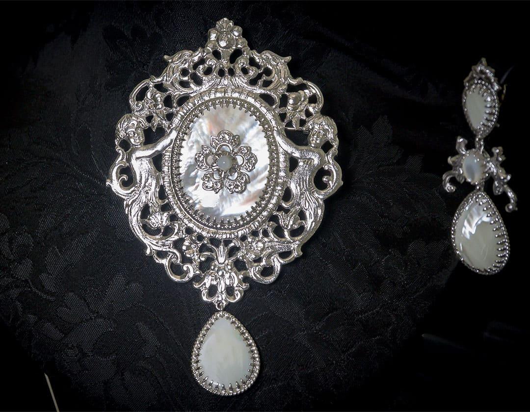 Aderezo del siglo XVIII modelo de a uno en nácar, cristal y rodio ref. m140