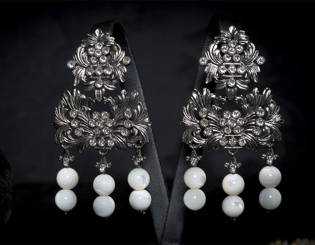 Aderezo del siglo XVIII modelo del barquillo en nácar, cristal y rutenio ref. m144