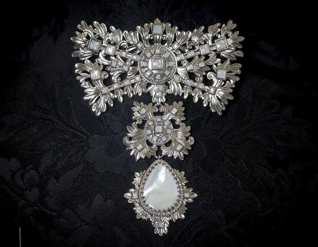 Aderezo del siglo XVIII modelo de a uno en nácar, cristal y rodio ref. m150