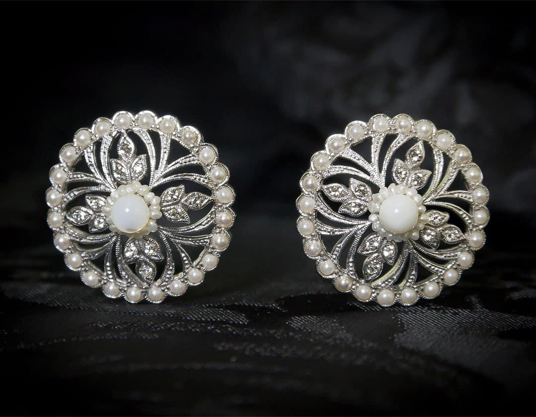 Aderezo del siglo XVIII modelo de a uno en nácar, perla, cristal y rodio ref. m154