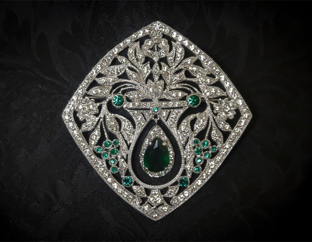 Aderezo del siglo XVIII modelo de a uno en esmeralda, cristal y rodio ref. m160 (copia)