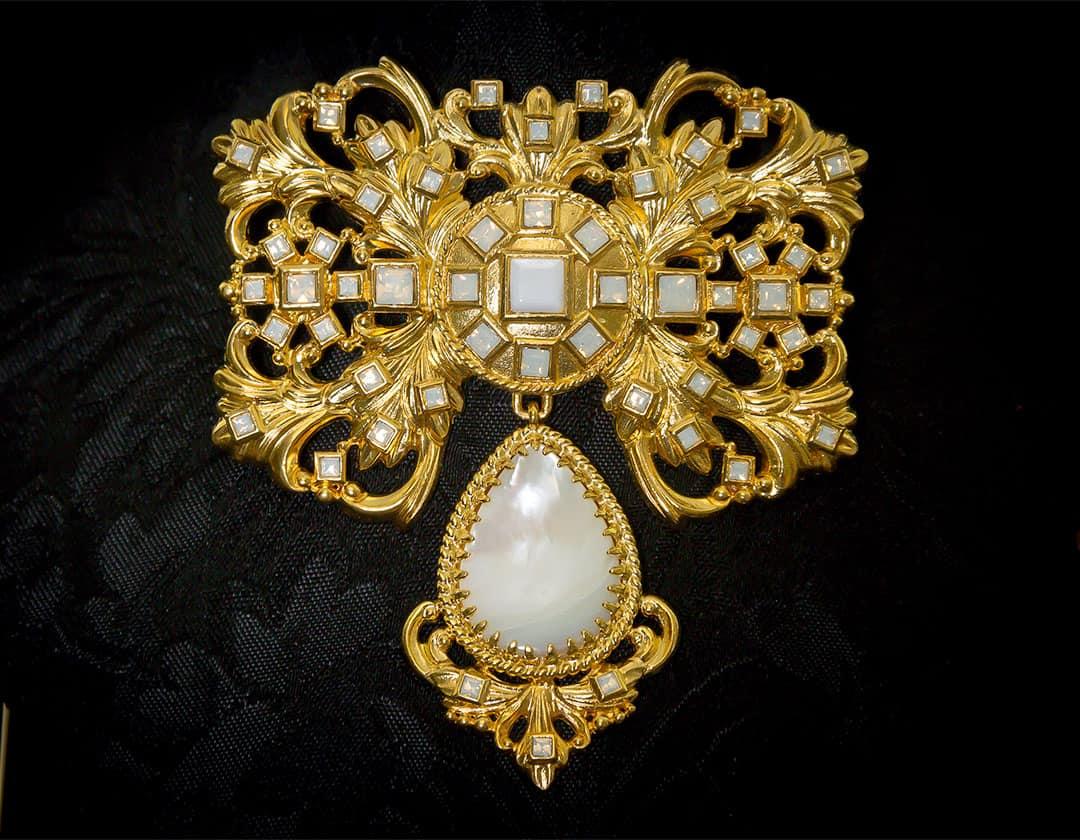 Aderezo del siglo XVIII modelo de a uno en nácar, White Opal y oro ref. m168