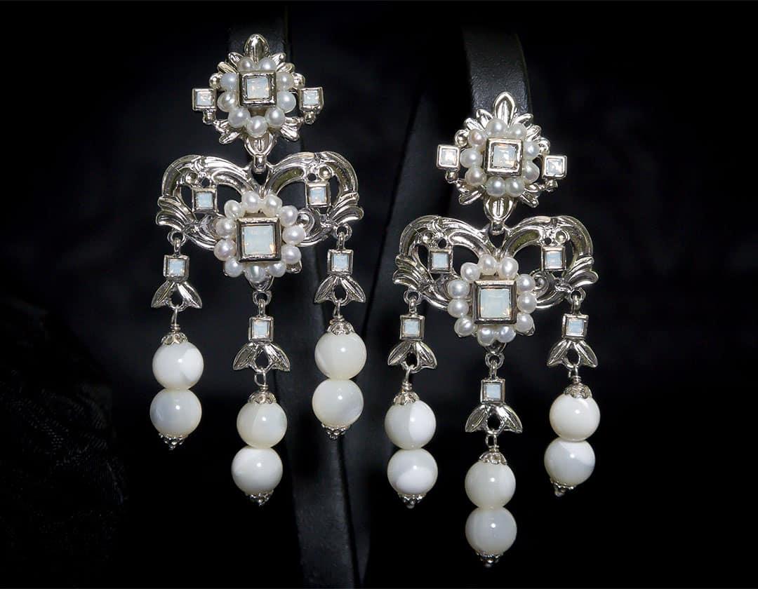 Aderezo del siglo XVIII modelo del barquillo en nácar, perla y rodio ref. m169