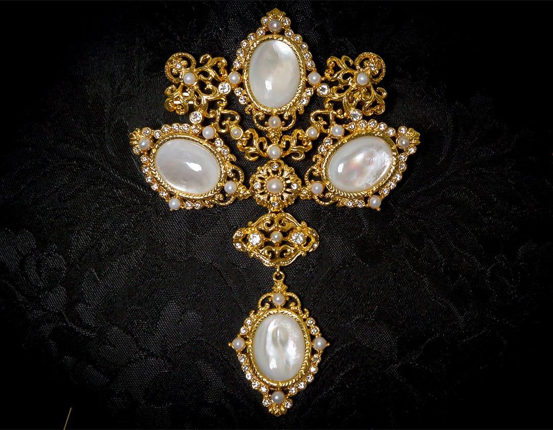 Aderezo del siglo XVIII modelo de a uno en nácar, perla, cristal y oro ref. m100