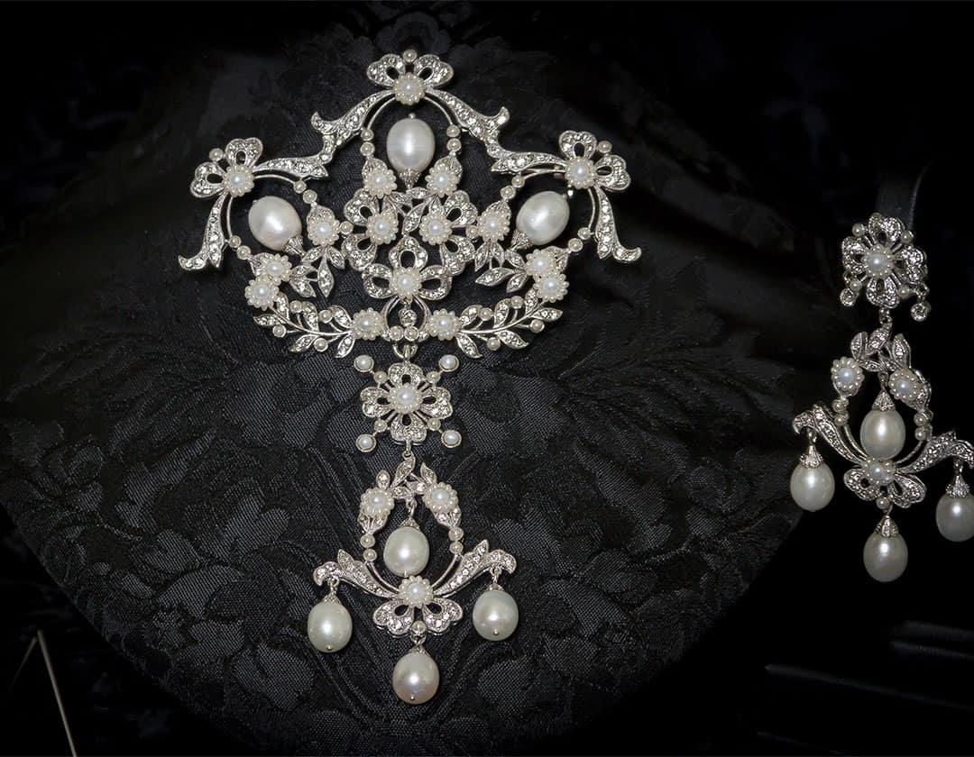 Aderezo del siglo XVIII modelo perlones en cristal y rodio ref. m103