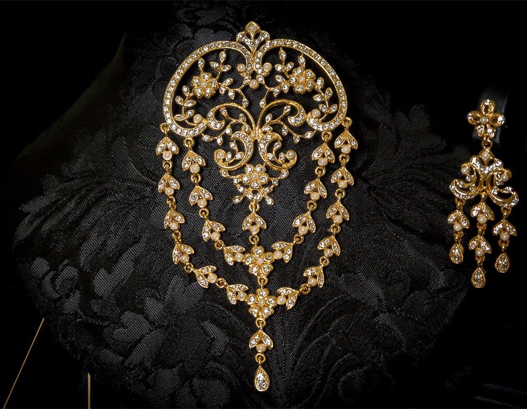 Aderezo del siglo XVIII de ornamentación vegetal en perla, cristal y oro ref. m64