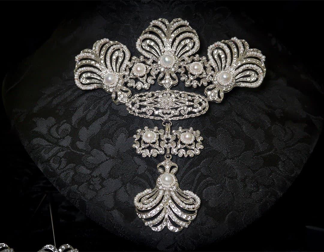 Aderezo del siglo XVIII modelo de a uno en perla y rodio ref. m78