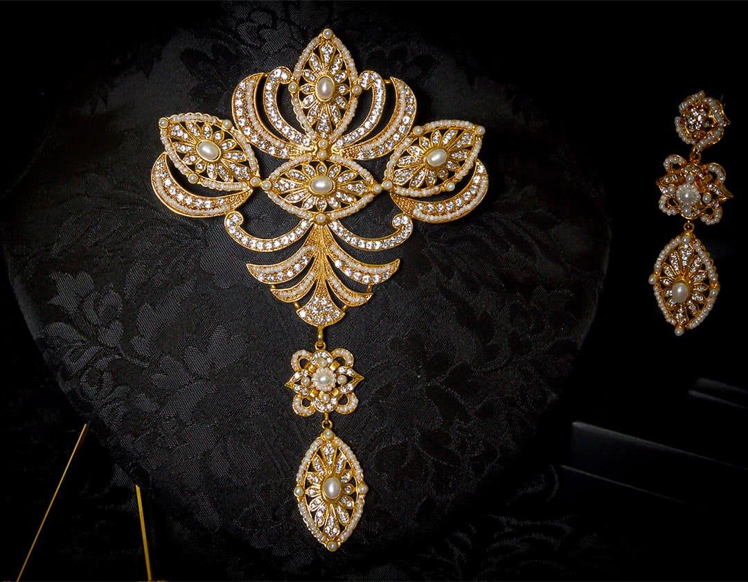 Aderezo del siglo XVIII modelo de a uno en perla, cristal y oro ref. m91