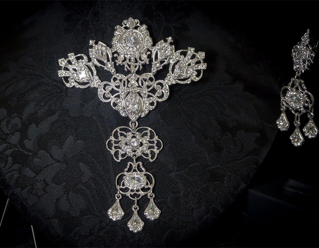 Aderezo del siglo XVIII modelo de la Virgen en cristal y rodio ref. m50