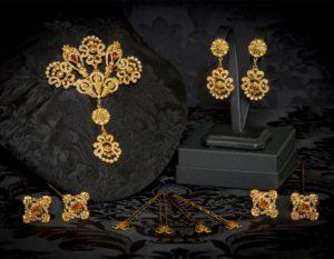 Aderezo del siglo XVIII modelo de a uno en topacio, perla y oro ref. m54