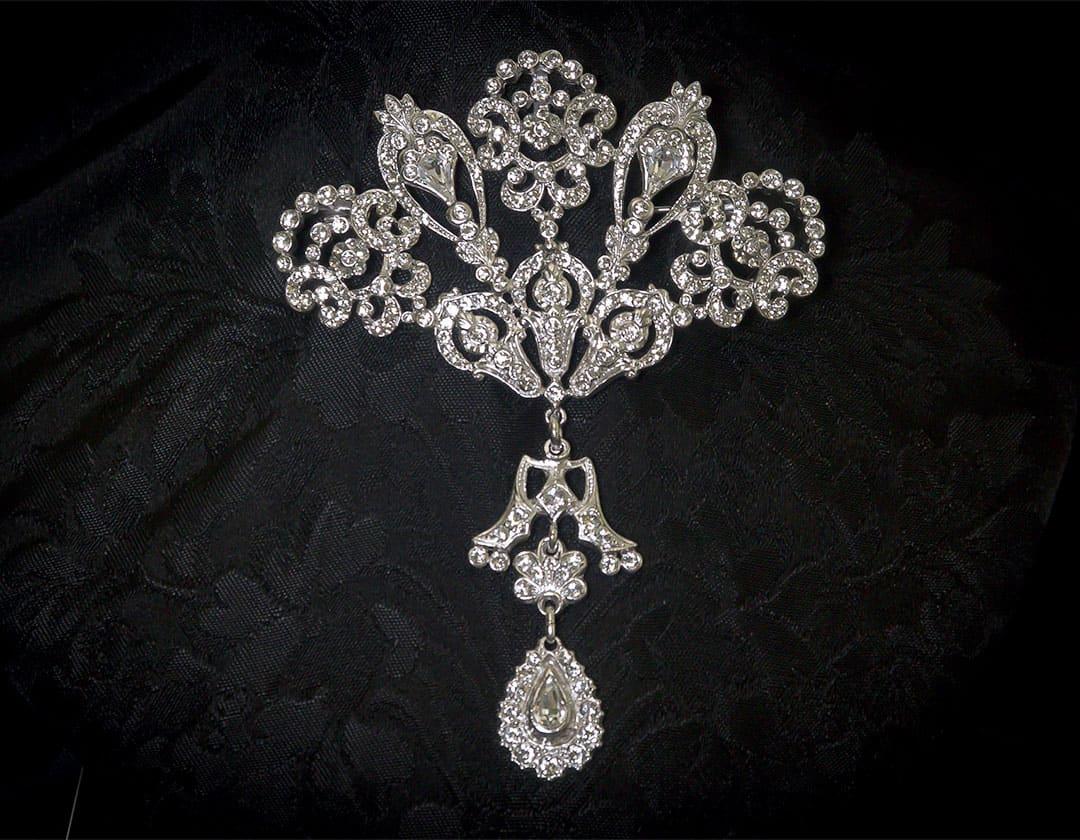 Aderezo del siglo XVIII modelo de a uno en cristal y rodio ref. m56