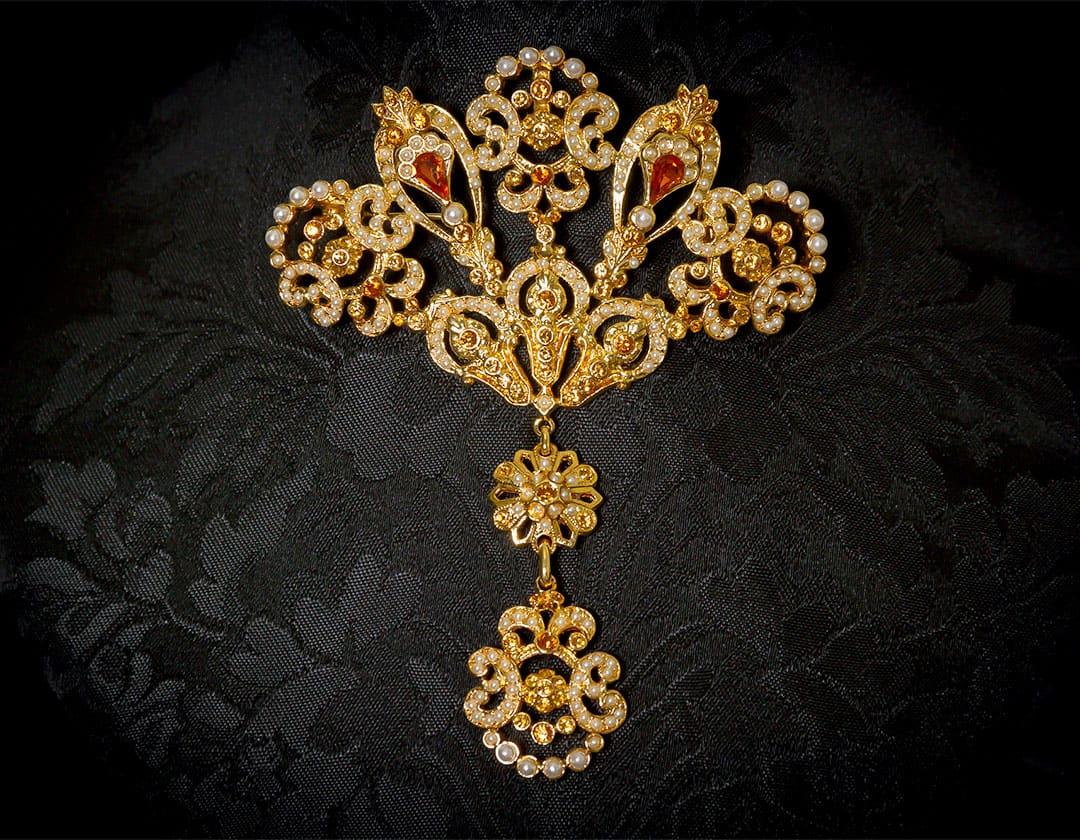 Aderezo del siglo XVIII modelo de a uno en topacio, perla y oro ref. m57