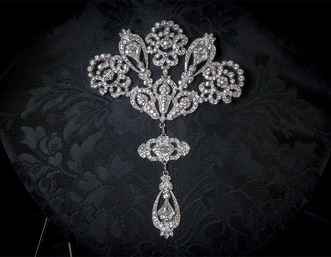 Aderezo del siglo XVIII modelo de a uno en cristal y rodio ref. m58